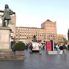 Rechtsextremist stört städtische Ausstellung auf dem Marktplatz